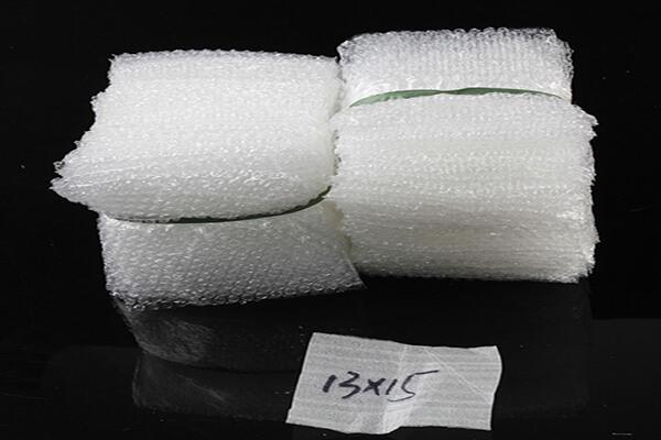Sử dụng cuộn xốp bong bóng để cắt nhỏ thành túi.